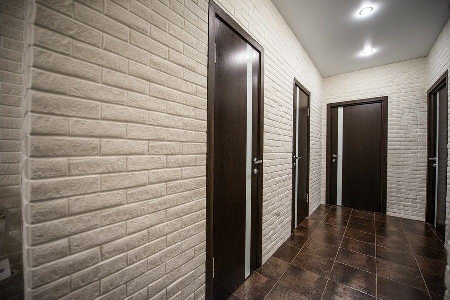 фото длинного коридора отделанного кирпичиками сведения